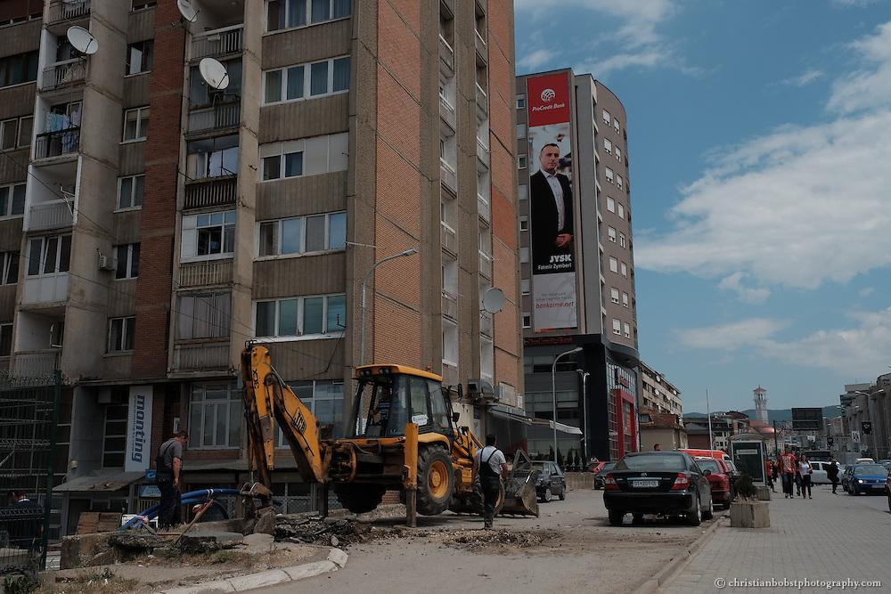 Alte Sowiet-Plattenbauten werden nach und nach von modernen Gebäuden abgelöst – trotz hoher Arbeitslosigkeit ist in Pristina eine gewisse Aufbruchstimmung spürbar.