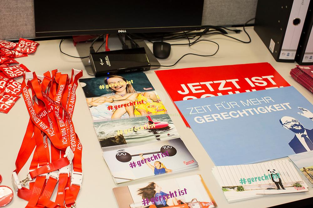 Zum Auftakt der heissen Wahlkampfphase stellt die SPD neue Kampagnenelemente im Willy-Brandt-Haus vor und laedt anschliessend Journalisten zu einem Kampa-Rundgang ein. Hier diverse Flyer zum Thema Gerechtigkeit.