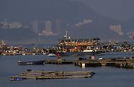 Hong Kong. Sok Kwu Wan: fish farm  in the distance Aberdeen  Lama Island      /  Sok Kwu Wan élevage poissons au fond Aberdeen  /  l'ile des restaurants face à Aberdeen  /  restaurants à Sok Kwu Wan sur l'ile de  Lama, et élevage de poissons  Lama Island       /  R94/34    L1039  /  R00094  /  P0001944