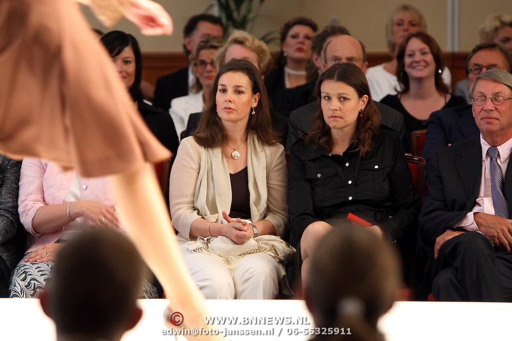 NLD/Amsterdam/20070902 - Modeshow Paul Schulten najaar 2007, prinses Anita van Eijk bekijkt de mannequins op de catwalk