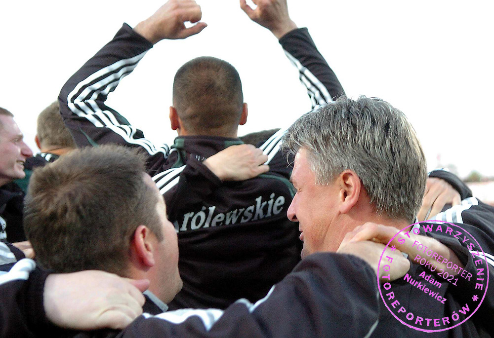n/z.: Trener Dariusz Wdowczyk (Legia Warszawa) podczas meczu ligowego Gornik Zabrze (czerwone) - Legia Warszawa (biale-czarne) , I liga polska , 29 kolejka sezon 2005/2006 , pilka nozna , Polska , Zabrze , 10-05-2006 , fot.: Adam Nurkiewicz / mediasport..Trainer coach Dariusz Wdowczyk (Legia Warszawa) during Polish league first division soccer match in Zabrze. May 10, 2006 ; Gornik Zabrze (red) - Legia Warsaw (white-black) ; first division , 29 round season 2005/2006 , football , Poland , Zabrze ( Photo by Adam Nurkiewicz / mediasport )