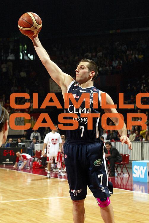 DESCRIZIONE : Milano Lega A1 2005-06 Armani Jeans Milano Climamio Bologna <br />GIOCATORE : Becirovic<br />SQUADRA : Climamio Bologna<br />EVENTO : Campionato Lega A1 2005-2006<br />GARA : Armani Jeans Milano Climamio Bologna<br />DATA : 02/04/2006<br />CATEGORIA : Rimbalzo<br />SPORT : Pallacanestro<br />AUTORE : Agenzia Ciamillo-Castoria/S.Ceretti