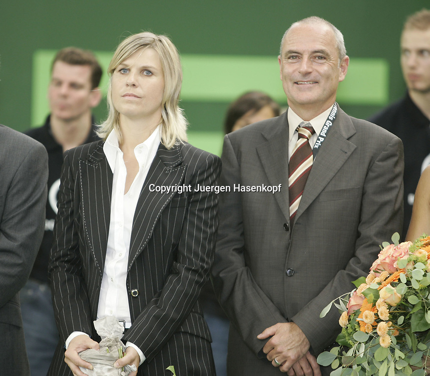 Porsche Tennis Grand Prix Turnier in Stuttgart-Filderstadt,Turnierdirektor Markus Guenthardt und die Sportliche Leiterin Anke Huber, Siegerehrung,09.10.2005.