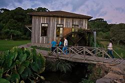 """Localizado no interior de Bento Gonçalves, o Caminhos de Pedra, mostra as paisagens e diversas casas e cantinas típicas da colonização italiana. Construída no local onde funcionava o antigo moinho Cecconello, a Casa da Erva-Mate é exemplo de um processo de aculturação. A Erva-Mate, planta muito comum na região, era conhecida e utilizada como bebida pelos índios (bugres), que a chamavam de """"Cá-a"""". O imigrante, além de absorver o hábito de consumí-la, agregou-lhe a tecnologia que permitiu a produção em grande escala. Foto: Lucas Uebel/Preview.com"""