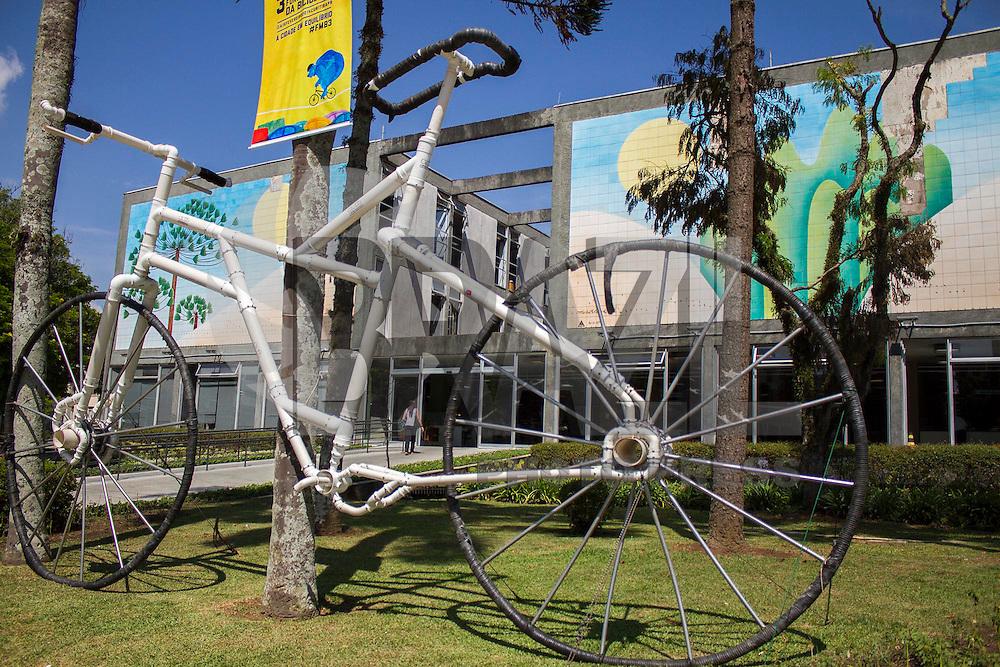 """CURITIBA, PR, 13.02.2014 –  CAPITAL MUNDIAL DA BICICLETA /  CURITIBA  - Uma grande bicicleta foi colocada em frente da sede da Prefeitura de Curitiba, no Centro Cívico, nesta quinta-feira (13), em comemoração ao inicio do III Fórum mundial da bicicleta na capital paranaense, debatendo alternativas de mobilidade cicloviários para as grandes cidades com o tema """" A cidade em equilíbrio"""". O fórum acontece até o próximo domingo (16) e busca estimular a integração entre ciclistas e a cidade. Cerca de 80 cidade e 500 inscritos participam das atividades do III fórum mundial. (Foto: Paulo Lisboa / Brazil Photo Press)busca estimular a integração entre ciclistas e a cidade. Cerca de 80 cidade e 500 inscritos participam das atividades do III fórum mundial. (Foto: Paulo Lisboa / Brazil Photo Press)"""