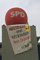 """03.07.1998, Germany/Bonn:<br /> Transparent """"Aussteigen statt Ausschweigen Herr Schröder"""" zur Atomkraft von Robin Wood, SPD Wahlkampfzentrale mit SPD Ballon<br /> IMAGE: 19980703-02/01-05<br />  <br /> KEYWORDS: Transparent, Plakat, bill"""