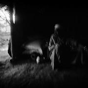 Abdulla Yombore est lui aussi marabout. Ce «tradipracticien» affable d'une petite soixantaine d'années reçoit les patients atteints de troubles psychologiques chez lui, sous sa tente du camp de réfugiés centrafricains de Timangolo, à l'est du Cameroun. Parfois, il rédige sur une tablette en bois des versets du Coran qu'il lave ensuite. La solution encrée recueillie dans un bol doit être bue par le malade avant de s'endormir. D'aucun témoigne de l'efficacité de sa méthode. Pour les réfugiés, Abdulla Yombore est en quelque sorte un psychologue. Il est à l'écoute de ses patients et tente de leur donner des conseils pour qu'ils ne tombent pas dans la dépression. Depuis plusieurs mois, il constate une augmentation de la fréquentation de son «cabinet» pour des maux liés de près aux traumatismes et aux horreurs endurés lors du conflit.