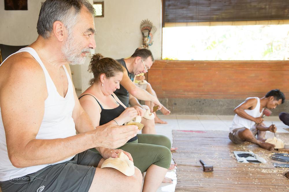 Dintorni di Ubud Bali 2015 - Lo scrittore Andrea Bocconi accompagna e partecipa con gli ospiti aspiranti mascherai al corso l'arte dell'intaglio.