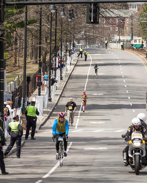 2014 Boston Marathon: mile 20 in the Newton Hills, Shalane Flanagan drops from leaders on Heartbreak Hill