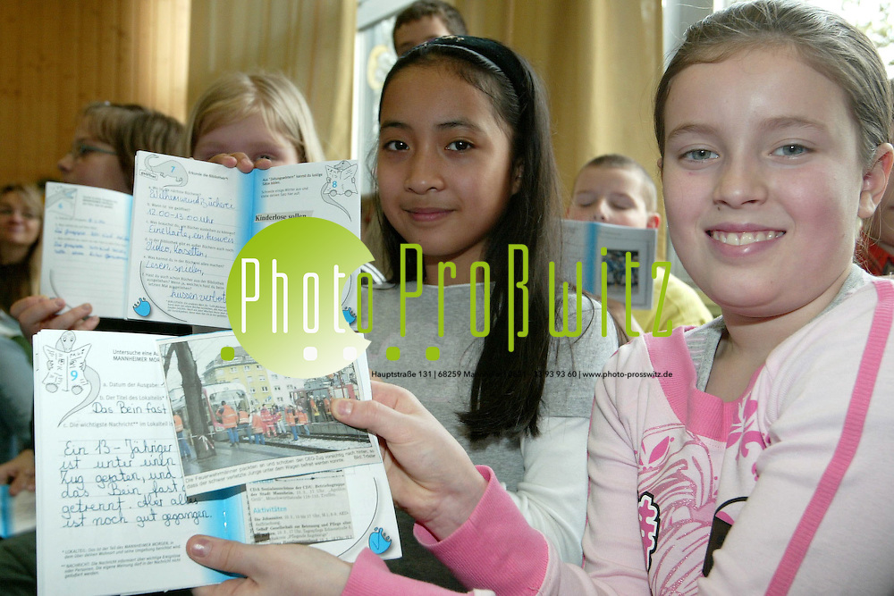 Mannheim. Sch&uuml;ler lesen Zeitung. Schillerschule.<br /> <br /> Bild: Markus Pro&szlig;witz