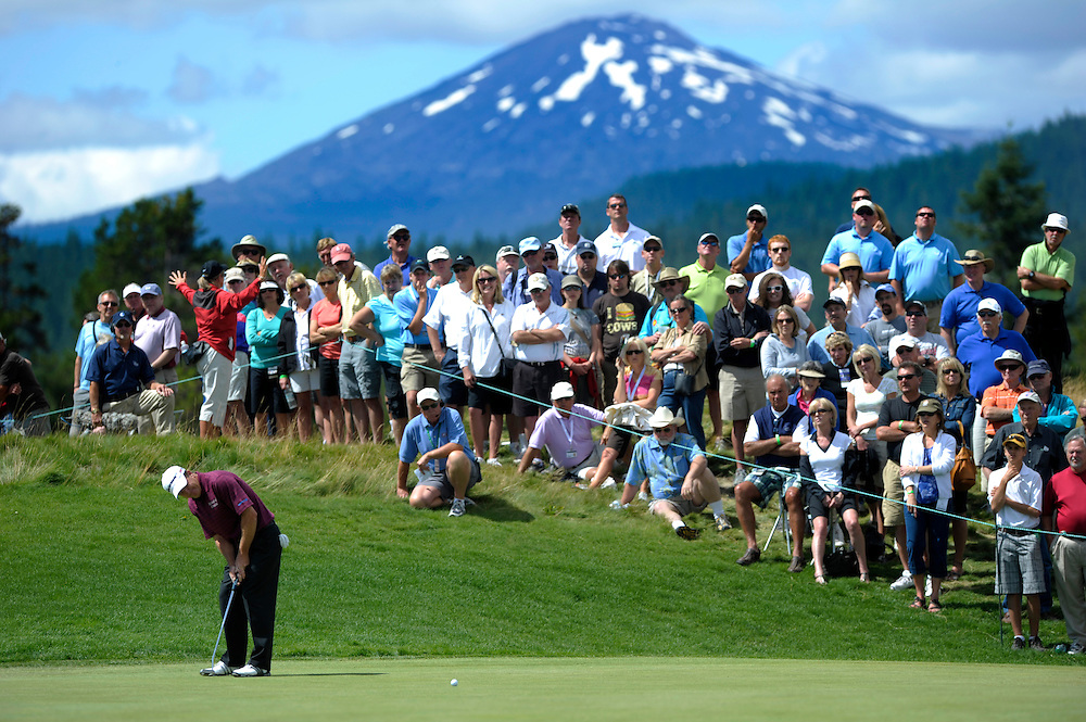 ORIG./Ryan Brennecke/The Bulletin/082210..Fans watch as Fred Funk taps in his putt for birdie on the 16th hole during the final round of the 2010 JELD-WEN Tradition.