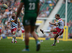 Harlequins Fly-Half Nick Evans scores a conversion - Photo mandatory by-line: Alex James/JMP - 07966 386802 - 06/09/2014 - SPORT - RUGBY UNION - London, England - Twickenham Stadium - Saracens v Wasps - Aviva Premiership London Double Header.
