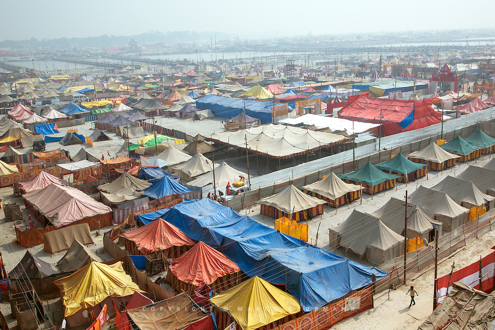 For a whole month, thousands of tents are build up on the river banks to accommodate pilgrims, sadhus and spiritual groups and leaders from all over India and the world.