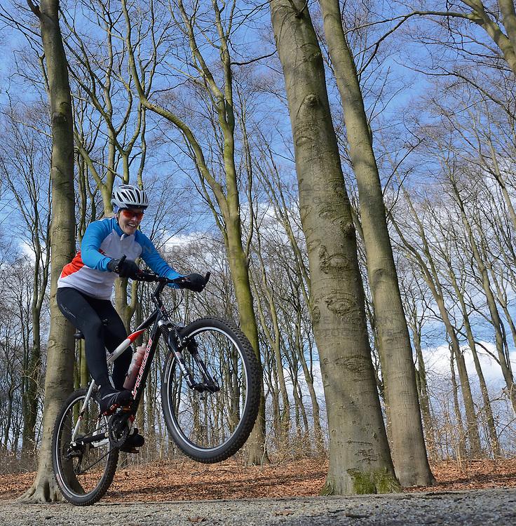 01-04-2013 ALGEMEEN: WE BIKE 2 CHANGE DIABETES: ARNHEM<br /> In de bossen bij Papendal werd de tweede meeting van de BvdGf gehouden met een fotosessie en een stukje biken / Nicole<br /> &copy;2013-FotoHoogendoorn.nl