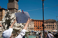 Roma 26 Giugno 2011.Manifestazione promossa dal Gruppo Carceri di Radicali Italiani, per denunciare le condizioni di tortura a cui sono quotidianamente sottoposte le migliaia di reclusi negli istituti di pena italiani,e ricordare la tragedia degli ottocento morti in carcere dal 2002  a oggi in occasione della Giornata internazionale Onu contro la tortura, a Piazza Navona. La manifestazione si svolge sotto una forca. I nomi degli 800 morti  vengono appesi nella piazza