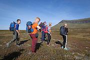 Piere-Åvla Bransfjell og andre klassekamerater fra skolen i Brkken, på veg inn til fjellrevhi i Sylene. I bakgrunnen fjellet Bandaklumpen.
