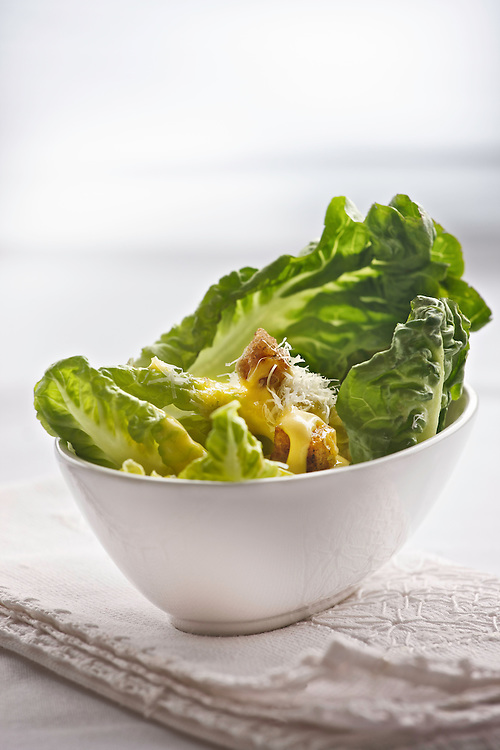 Cesar salad on white bowl. Ensalada cesar.