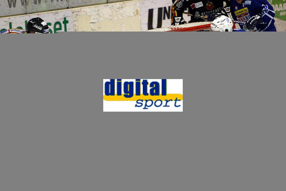 Ishockey, elite, 2. oktober 2003, Sparta vs Trondheim (TIK) 2-1, Det var et gjevnt oppgjør og målvakten, Henrik Smångs, Sparta hadde en travel kveld, <br />Fotograf: Kurt Pedersen, Digitalsport