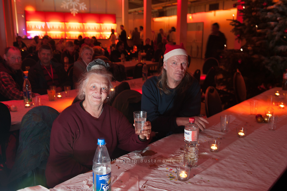 Rentiergeweihe und<br /> Rockmusik.Volles Haus bei der Verkäufer-Weihnachtsfeier im Edelfettwerk:<br /> 300 Hinz&Küntzler feierten mit der Band AussenBorder und Straßenkünstler Kammann.
