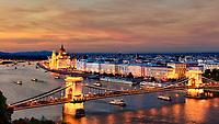 """Budapest wird auch """"Perle der Donau"""" genannt mit 1,7 Millionen Einwohnern zählt sie zu den größten Städten Mitteleuropas. Im Herzen der Metropole fließt die Donau und prägt das Stadtbild mit ihren neun Brücken, die Buda und Pest miteinander verbinden. Wasser ist jedoch nicht nur deswegen das Element der Hauptstadt; sie besitzt auch die meisten Heil- und Thermalquellen der Welt."""