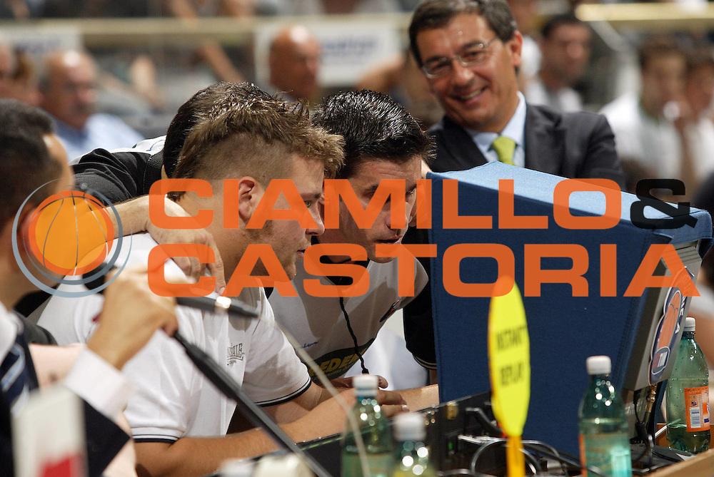 DESCRIZIONE : Bologna Lega A1 2005-06 Play Off Finale Gara 3 Climamio Fortitudo Bologna Benetton Treviso <br /> GIOCATORE : Instant Replay<br /> SQUADRA : <br /> EVENTO : Campionato Lega A1 2005-2006 Play Off Finale Gara 3 <br /> GARA : Climamio Fortitudo Bologna Benetton Treviso <br /> DATA : 18/06/2006 <br /> CATEGORIA : <br /> SPORT : Pallacanestro <br /> AUTORE : Agenzia Ciamillo-Castoria/E.Pozzo
