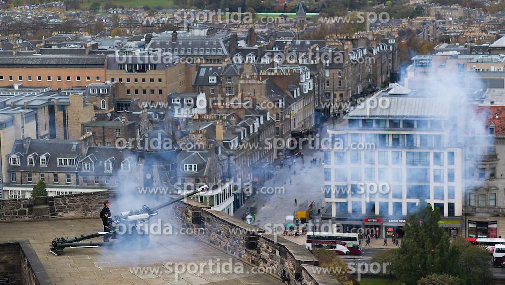 THEMENBILD - Die One O'Clock Gun (13-Uhr-Kanone) wird jeden Tag um 13:00 Uhr abgefeuert. Früher stellten die Seefahrer ihre Chronometer nach dem Signal. Schottlands Hauptstadt Edinburgh ist die zweitgrößte Stadt Schottlands. Aufgenommen am 27.10.2014 in Edinburgh, Schottland // One O'Clock Gun. Edinburgh, capital city of scotland. Edinburgh, Scotland on 2014/10/27. EXPA Pictures © 2014, PhotoCredit: EXPA/ Michael Gruber