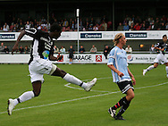 Djiby Fall (Randers FC) afslutter forbi Christian Pind (Elite 3000).