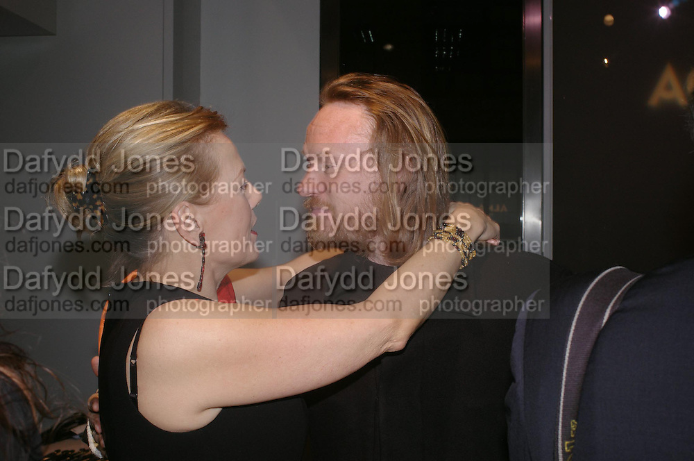 Georgia Oetker and Jared Harris. Almeida 25th Anniversay Gala. Gagosian Gallery, Brittania St. Kings Cross. London. 27 January 2005. ONE TIME USE ONLY - DO NOT ARCHIVE  © Copyright Photograph by Dafydd Jones 66 Stockwell Park Rd. London SW9 0DA Tel 020 7733 0108 www.dafjones.com