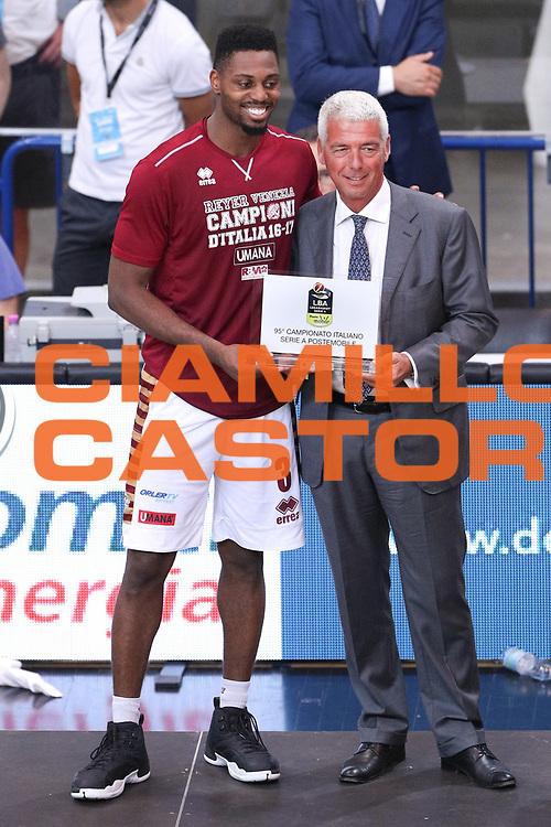 Ejim Melvin premiato da Santini Stefano ad PosteMobile come mvp dei playoff, Dolomiti Energia Trentino vs Umana Reyer Venezia LBA Serie A Playoff Finale gara 6 stagione 2016/2017 Pala Trento, Trento 20 giugno 2017