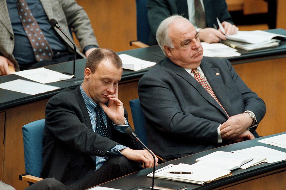 20.11.1998, Deutschland/Bonn:<br /> Friedrich Merz, Mdb; CDU, und Helmut Kohl, CDU, Bundeskanzler a.D., Deutscher Bundestag, Bonn<br /> IMAGE: 19981120-01/02-29