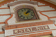 Paleis Het Loo is een voormalig koninklijk paleis en thans nationaal museum, gelegen aan de rand van de stad Apeldoorn bij de gelijknamige wijk Het Loo. Paleis Het Loo is eigendom van de Staat (Rijksgebouwendienst) en behoort tot de Top 100 der Nederlandse UNESCO-monumenten.  ////////  The Loo Palace is a former royal palace, now a national museum, located on the outskirts of the city of Apeldoorn in the same district of Het Loo. Het Loo Palace is owned by the State (RGD) and ranks among the Top 100 of the Dutch UNESCO monuments.<br /> <br /> Op de foto / On the photo:  Stallen bij het paleis met een  grote collectie rijtuigen uit het bezit van het Koninklijk Staldepartement / Stables at the palace with a large collection of carriages from the possession of the Royal Stables