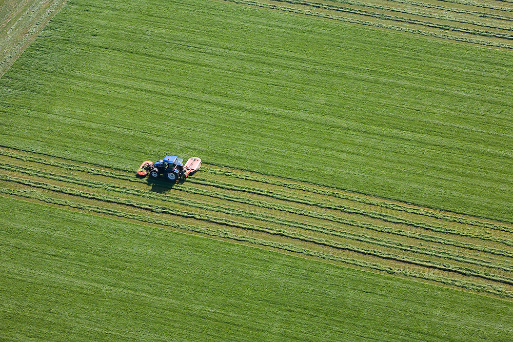 Nederland, Flevoland, Zuidelijk Flevoland,  08-09-2009. Het maaien van gras met een tractor doet geometrische patronen in het grasland ontstaan.Cutting grass with a tractor creates geometric patterns in the grassland .luchtfoto (toeslag); aerial photo (additional fee required); .foto Siebe Swart / photo Siebe Swart