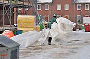 Nederland, Nijmegen, 22-1-2013Op een bouwplaats in de nieuwbouwwijk, vinex wijk, lent moeten enkele bouwvakkers nog werken. Zij hebben geen vorstverlet hoewel het vriest.Foto: Flip Franssen/Hollandse Hoogte