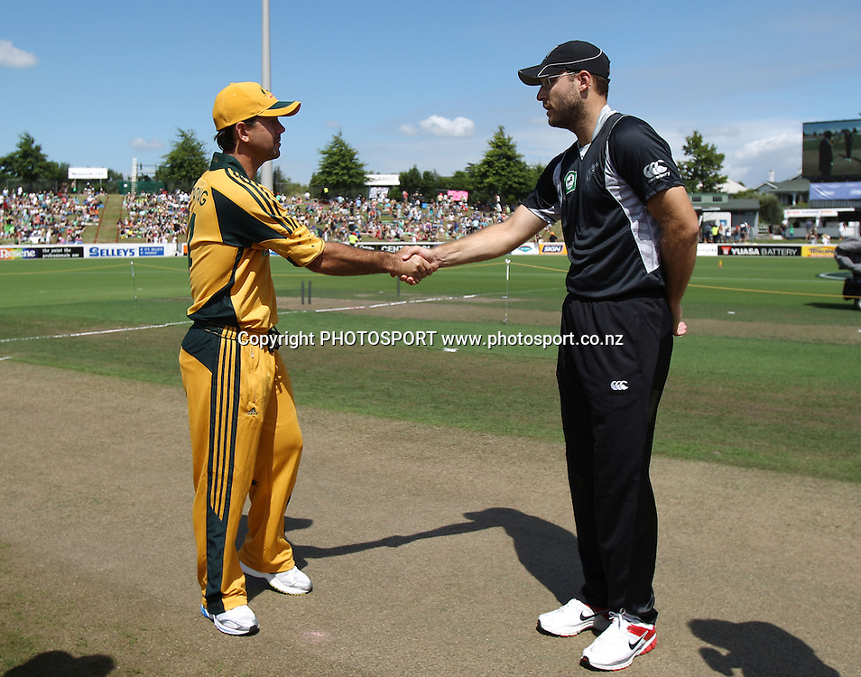 Captain's Ricky Ponting (L) and Daniel Vettori shake hands after the coin toss . <br />