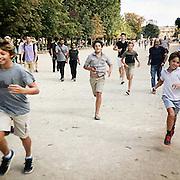 Chasse au Pokemon, fin août - Jardin des Tuileries, 1er arr. de Paris. Un Tortank, un pokemon rare est apparu vers la place de la Concorde ; il faut faire vite.