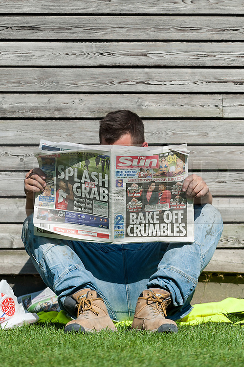 © Licensed to London News Pictures. 14/09/2016. London, UK. A workman on a break enjoys the hot weather around City Hall as September's mini heatwave continues.  Photo credit : Stephen Chung/LNP