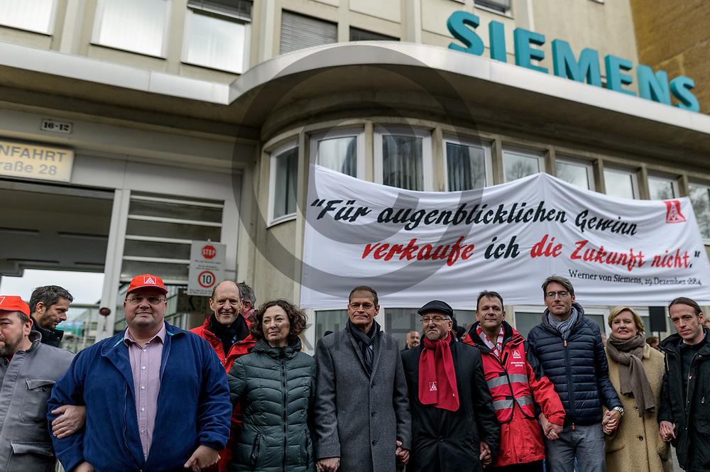 Deutschland, Berlin - 20.11.2017<br /> <br /> Der regierende B&uuml;rgermeister von Berlin Michael M&uuml;ller (m, SPD) hat sich in die Menschenkette eingereiht. Mitarbeiter des Siemens-Gasturbinenwerkes umarmen symbolisch, w&auml;hrend einer Kundgebung ihr Werk. In dem Gasturbinenwerk will Siemens 300 Arbeitspl&auml;tze abbauen.<br /> <br /> Germany, Berlin - 20.11.2017<br /> <br /> The governing mayor of Berlin Michael M&uuml;ller (m. SPD) has joined the human chain. Employees of the Siemens gas turbine factory symbolically embrace their factory during a rally. Siemens wants to reduce 300 jobs in the gas turbine plant.<br /> <br />  Foto: Markus Heine<br /> <br /> ------------------------------<br /> <br /> Ver&ouml;ffentlichung nur mit Fotografennennung, sowie gegen Honorar und Belegexemplar.<br /> <br /> Bankverbindung:<br /> IBAN: DE65660908000004437497<br /> BIC CODE: GENODE61BBB<br /> Badische Beamten Bank Karlsruhe<br /> <br /> USt-IdNr: DE291853306<br /> <br /> Please note:<br /> All rights reserved! Don't publish without copyright!<br /> <br /> Stand: 11.2017<br /> <br /> ------------------------------