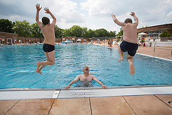 © licensed to London News Pictures. London, UK 26/08/2013. Children enjoying the hot weather on bank holiday on Monday, 26 August, 2013 at Parliament Hill Lido swimming pool in London. Photo credit: Tolga Akmen/LNP