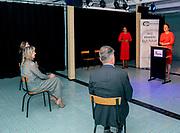 Den Haag , 1-7-2020 , Nieuwe Regentes<br /> <br /> Werkbezoek van Koningin Maxima aan theater de Nieuwe Regentes en Creatieve Coalitie waar gesprekken centraal staan met vertegenwoordigers van de Creatieve Coalitie, een samenwerkingsverband van beroepsverenigingen in de creatieve sector om de arbeidsmarktsituatie van ZZP'ers in deze sector te verbeteren. Sinds de coronapandemie worden zij extra getroffen. Koningin Máxima spreekt met onder meer acteurs, dansers, beeldend kunstenaars en theatertechnici over de uitdagingen als ZZP'er in deze periode. Ook bekijkt zij hun werk.