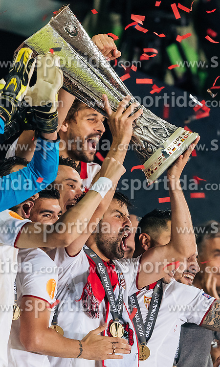 18.05.2016, St. Jakob Park, Basel, SUI, UEFA EL, FC Liverpool vs Sevilla FC, Finale, im Bild Jubel der Sevilla Spieler mit den Pokal, Coke (FC Sevilla) // Sevilla Players celebrate with the Trophy Coke (FC Sevilla) during the Final Match of the UEFA Europaleague between FC Liverpool and Sevilla FC at the St. Jakob Park in Basel, Switzerland on 2016/05/18. EXPA Pictures © 2016, PhotoCredit: EXPA/ JFK