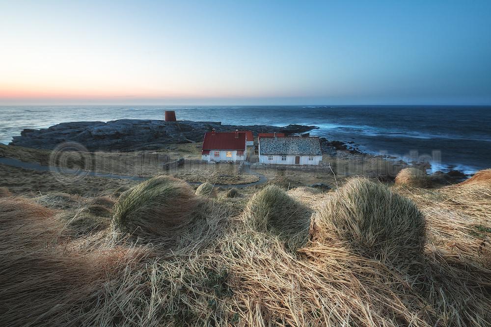 The lighthouse keeper house at the island Runde, Norway | Fyrvokterhuset på runde i kveldssol.