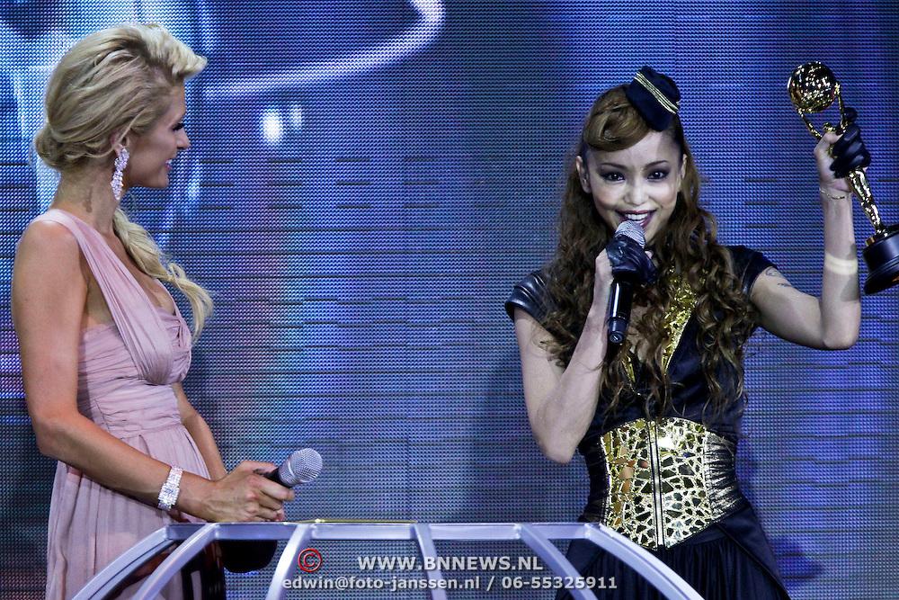 MON/Monte Carlo/20100512 - World Music Awards 2010, Paris Hilton reikt Asia Award uit aan Nami Amuro