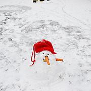 Nederland Rotterdam 21 december 2007 ..Kinderen spelen in de sneeuw op het Noordereiland. ondermaatse sneeuwpop..Foto David Rozing