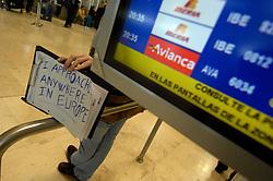 19.04.2010, Flughafen Barajas, Madrid, ESP, Flughafen Madrid Barajas im Bild Abflugtafeln, ein männlicher passagier hält eine Tafel mit der Aufschrift - I Approache Anywhere in Europe. Auch in Spanien kommte es durhc den Vulkanausbruch in Island zu grossen Verzögerungen, EXPA Pictures © 2010, PhotoCredit: EXPA/ Alterphotos/ ALFAQUI/ R. Perez / SPORTIDA PHOTO AGENCY