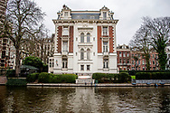 AMSTERDAM - de woning van prins bernard junior  Prins Bernard Jr in amsterdam woning woningen kopen verkopen PRINS BERNHARD (49) heeft zich afgelopen weekend uitstekend vermaakt in het Amsterdamse feestcafé 't Lammetje van rapper LIL' KLEINE. Weekblad PRIVÉ publiceert vandaag exclusieve beelden die gemaakt zijn in de nacht van zaterdag op zondag, toen BERNHARD het daar uitstekend leek te kunnen vinden met een onbekende, blonde vrouw die duidelijk níet zijn echtgenote PRINSES ANNETTE is. prins bernard heeft bv's vastgoed in handen heeft. In totaal bezit de neef van de koning, zoon van prinses Margriet en Pieter van Vollenhoven, 590 Nederlandse adressen, waarvan 349 in Amsterdam. Dit zijn huizen, winkels en kantoren.