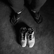 A young man shows off the shoes that the United Nations has given him at the time of repatriation.<br /> <br /> Un joven muestra los zapatos que las Naciones Unidas le han dado en el momento de la repatriaci&oacute;n.