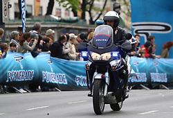 18.04.2010, Wien, AUT, Vienna City Marathon 2010, im Bild Polizist auf einem Motorrad mit Blaulicht vor dem Feld,  EXPA Pictures © 2010, PhotoCredit: EXPA/ T. Haumer / SPORTIDA PHOTO AGENCY