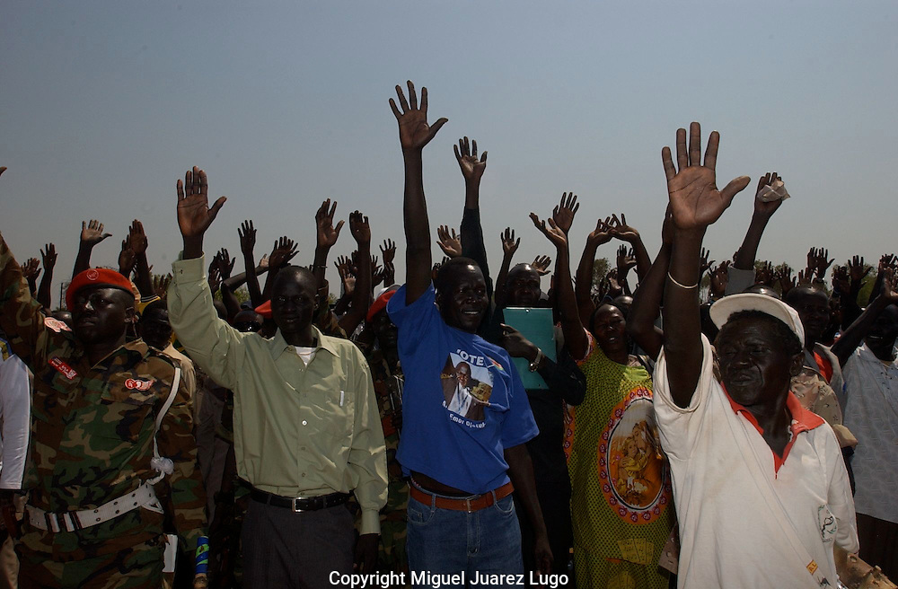 """South Sudan people, in the town of Torit, waves """"bye, bye, Khartoum"""" during a political rally in favor of the Referendum for Self Determination. (PHOTO: MIGUEL JUAREZ)."""