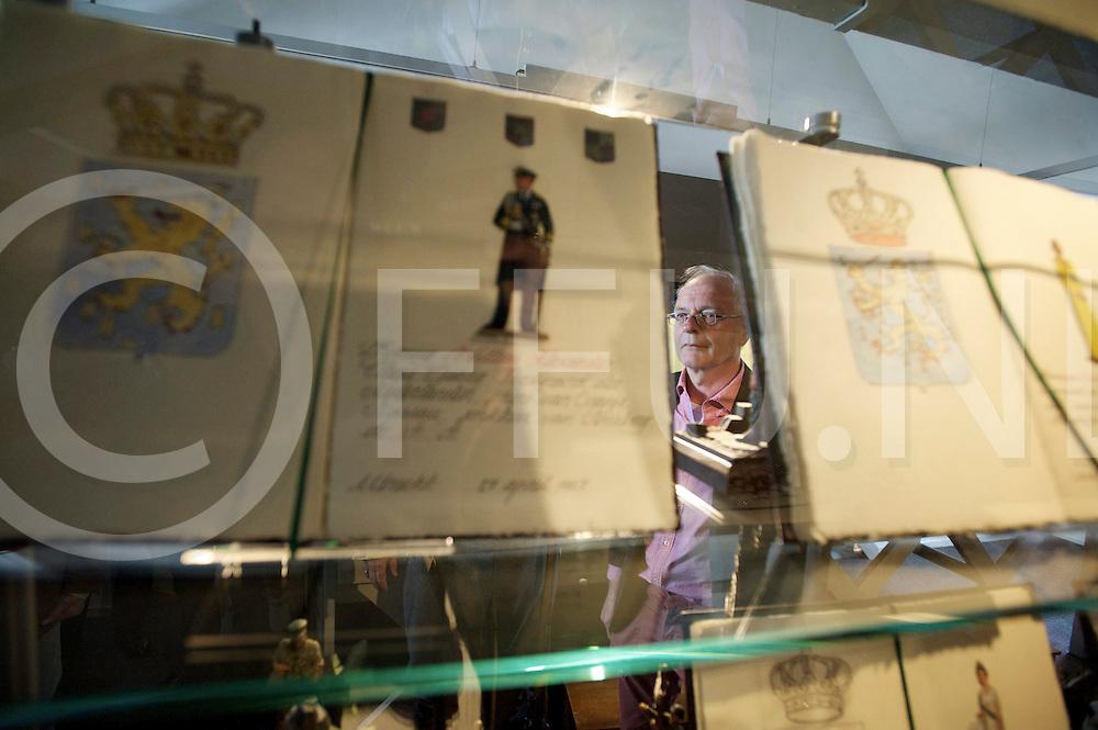OMMEN - Willem Alexander bij zetten in Tinnen Figuren museum..Foto: boekje met de tinnen fuguur van PWA op de achtergrond OV Jan Steen..FFU PRESS AGENCY COPYRIGHT FRANK UIJLENBROEK.