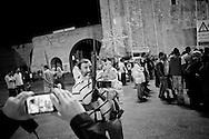 TRIPOLI. FOTO RICORDO IN PIAZZA VERDE PER UN PAPA' CON BRACCIO SUA FIGLIA E UN FUCILE DURANTE I FESTEGGIAMENTI PER LA CADUTA DEL REGIME DI MUAMMAR GHEDDAFI;